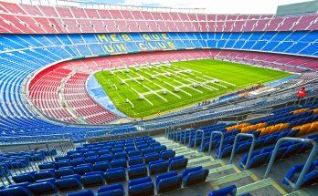 Трибуны и поле стадиона Камп Ноу в Барселоне