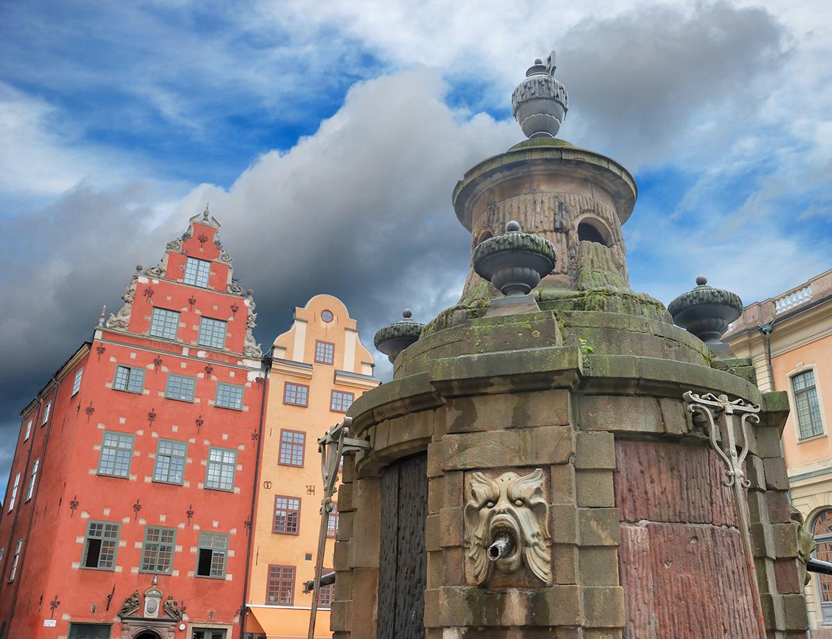Средневековый колодец на площади Стурторьет в Стокгольме